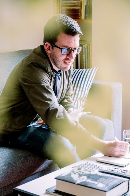 Juan Fernando anotando en su estudio