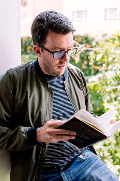 Juan Fernando leyendo junto a la ventana